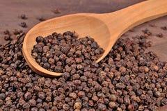 Zwarte peper in een lepel Stock Afbeelding