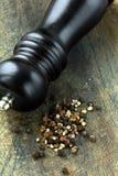 Zwarte peper en zwarte peper-molen Royalty-vrije Stock Afbeelding