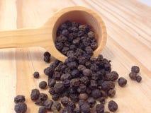 Zwarte peper op houten lepel Royalty-vrije Stock Afbeelding