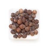 Zwarte peper (pijpernigrum) in een witte kom Royalty-vrije Stock Afbeelding