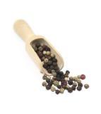 Zwarte peperbollen op een houten lepel stock foto's