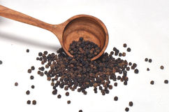 Zwarte peperkruiden in houten lepel Royalty-vrije Stock Fotografie