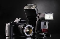 Zwarte photocamera met flits Royalty-vrije Stock Foto