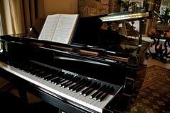Zwarte Piano in Elegant Huis Stock Afbeelding