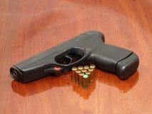 Zwarte pistool en gaspatronen. Royalty-vrije Stock Afbeeldingen