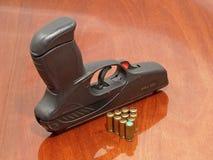 Zwarte pistool en gaspatronen. Stock Afbeeldingen