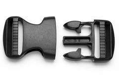 Zwarte plastic Fastex-klem voor rugzakken op een witte achtergrond royalty-vrije stock fotografie