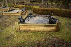 Zwarte plastic onkruidpreventie op opgeheven het planten bedden Stock Foto's