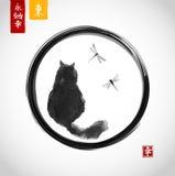 Zwarte pluizige kat die over libellen in zwarte enso zen cirkel letten op Traditionele Japanse inkt die sumi-e schilderen royalty-vrije illustratie