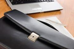 Zwarte portefeuille en de computer Stock Afbeeldingen
