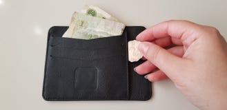 Zwarte portefeuille met één yuansbankbiljet daarin royalty-vrije stock afbeelding