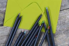 Zwarte potloden en een envelop Stock Afbeeldingen