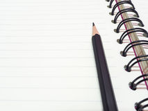 Zwarte potlood en boekhoepel Royalty-vrije Stock Afbeeldingen
