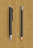 Zwarte potlood en pen op houten lijst Royalty-vrije Stock Afbeelding