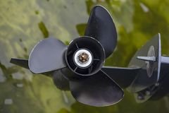Zwarte propeller over het water stock foto's