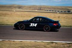 Zwarte raceauto op het spoor Royalty-vrije Stock Afbeeldingen