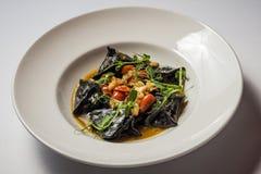 Zwarte ravioli met kabeljauw en garnalen royalty-vrije stock foto