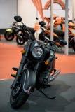 Zwarte retro motorfiets stock foto's