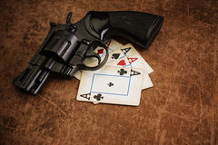 Zwarte revolver en oude speelkaarten Royalty-vrije Stock Afbeeldingen