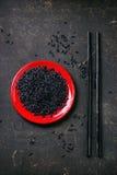 Zwarte rijst met eetstokjes stock foto