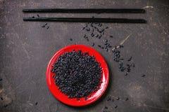 Zwarte rijst met eetstokjes royalty-vrije stock foto