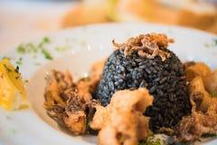 Zwarte risotto met zeevruchten Stock Afbeeldingen