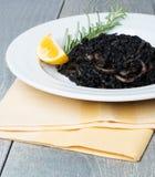 Zwarte risotto met zeevruchten Royalty-vrije Stock Foto's