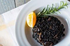 Zwarte risotto met zeevruchten Royalty-vrije Stock Afbeelding