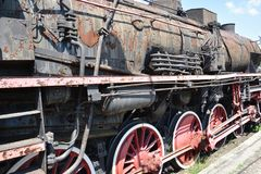 Zwarte roestige uitstekende stoomtrein op een platform stock afbeelding
