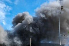 Zwarte rook en blauwe hemel Royalty-vrije Stock Afbeeldingen