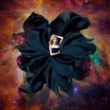 Zwarte ruimtekoningin Mooie vrouw in een fladderende kleding die in kosmische ruimte vliegen Het fantastische kunstwerk De elemen Royalty-vrije Stock Fotografie