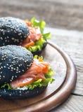 Zwarte sandwich met zalm Stock Afbeeldingen