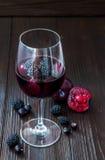 Zwarte sangria met pruimen en bessen Exemplaar ruimteachtergrond Royalty-vrije Stock Foto