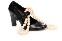 Zwarte schoen en parelhalsband Royalty-vrije Stock Foto