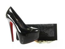 Zwarte schoenen en beurs met geld Stock Foto's