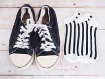 Zwarte schoenen en gestreepte sokken stock afbeelding