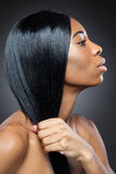 Zwarte schoonheid met lang recht haar Stock Afbeeldingen