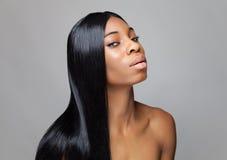 Zwarte schoonheid met lang recht haar royalty-vrije stock foto