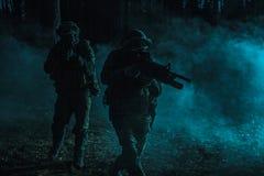 Zwarte silhouetten van militairen Royalty-vrije Stock Foto