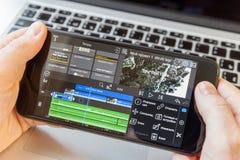 Zwarte smartphone ter beschikking Video het uitgeven programma op scherm royalty-vrije stock afbeeldingen