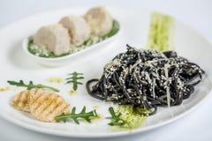 Zwarte spaghetti met deeg Stock Foto