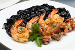 Zwarte spaghetti met garnalen Stock Foto's