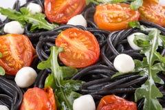 Zwarte spaghettideegwaren met inktvisseninkt royalty-vrije stock afbeeldingen