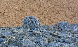 Zwarte Spatkegel tegen Rode Cinder Cone royalty-vrije stock foto