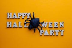 Zwarte spin in plaats van de brief O op een PARTIJ van modieuze inschrijvings GELUKKIGE HALLOWEEN Woorden van houten brieven op e royalty-vrije stock foto's