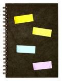 Zwarte spiraalvormige notaboek en post-it Royalty-vrije Stock Afbeeldingen