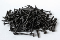 Zwarte staalschroeven voor hout op wit Royalty-vrije Stock Foto