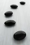 Zwarte steen, zen spa op wit hout Stock Foto