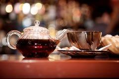 Zwarte sterke thee in een glas Stock Afbeeldingen
