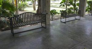 Zwarte stoel op het terras Stock Afbeeldingen